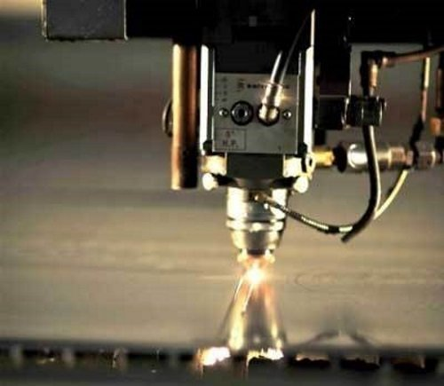 una punta di un macchinario durante un foro