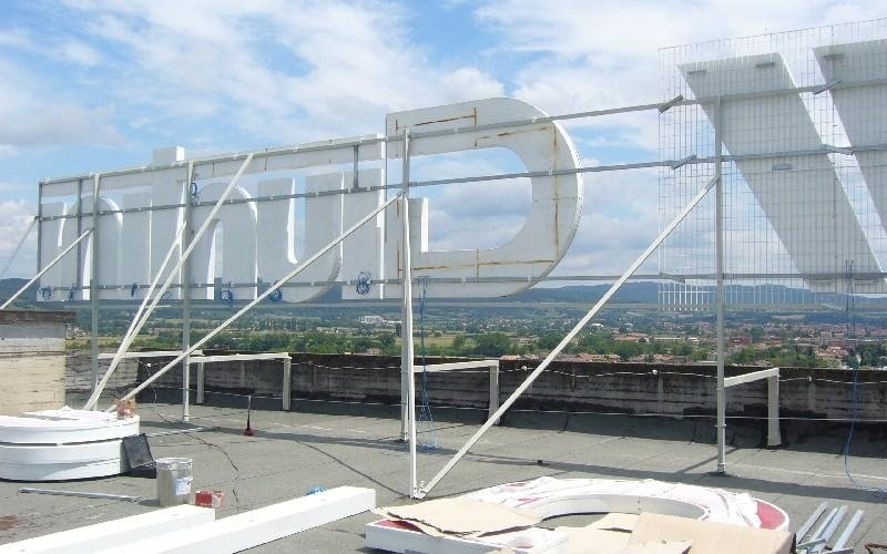 Lettere scatolate di grandi dimensioni Neon Associate