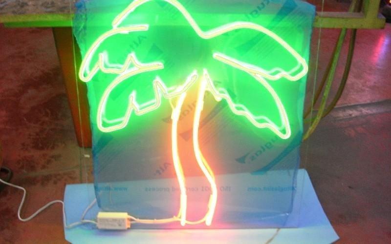 Oggetto di design filo di neon Neon Associate