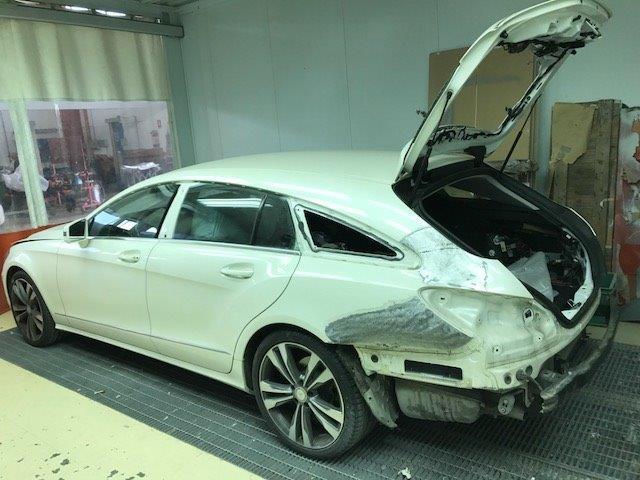 macchina bianca con il lato sinistro rotto