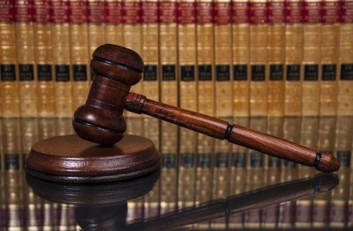 martello del giudice in legno