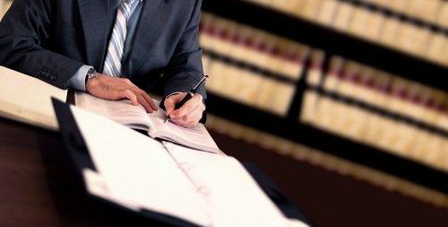 avvocato firma documento in studio