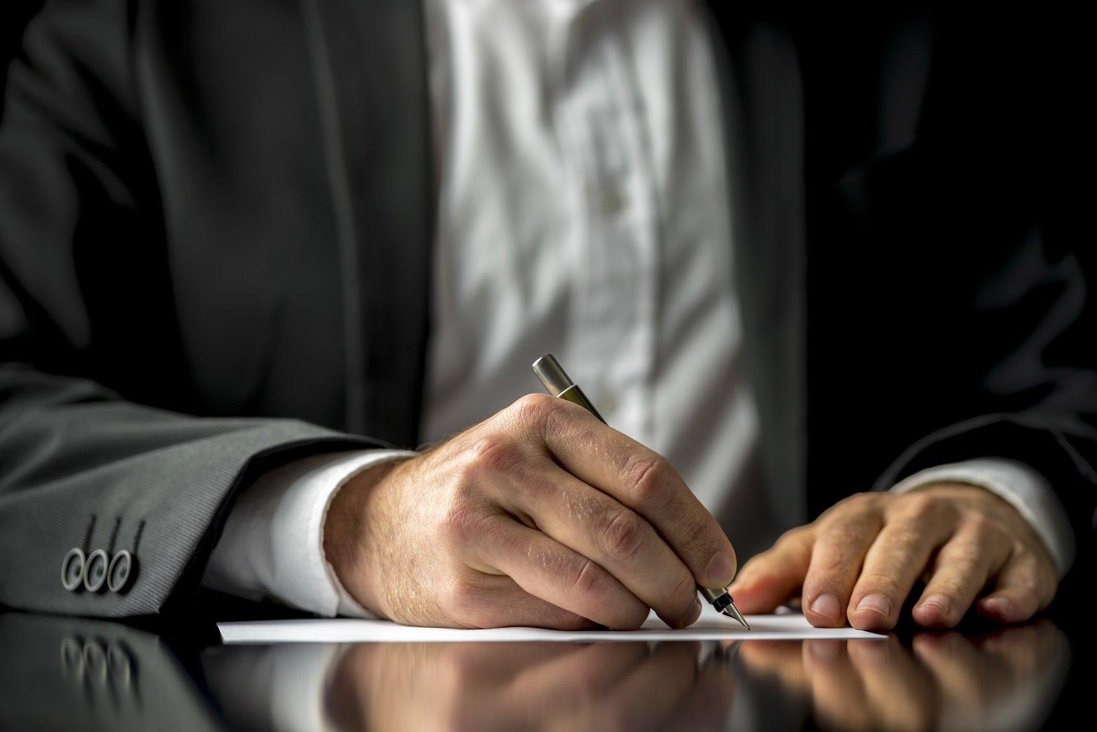 avvocato firma un documento