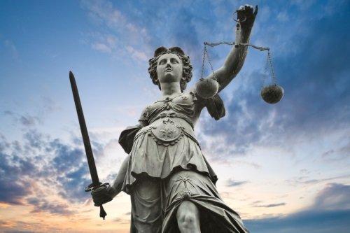 statua della dea della giustizia