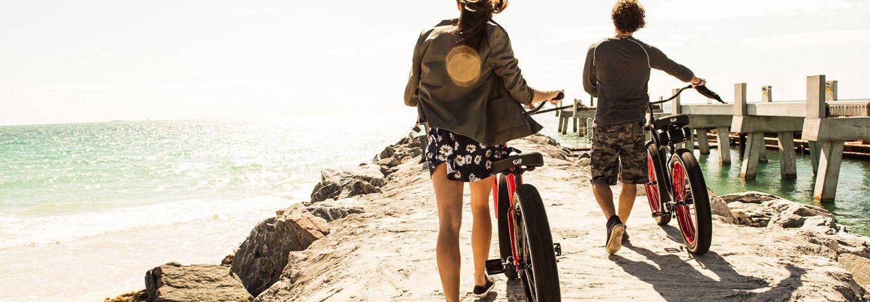 Una coppia con due mountain bikes nei pressi di un pontile