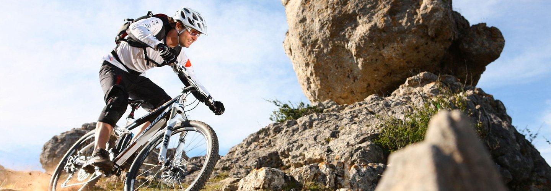 Ciclista su mountain bike sfreccia in montagna