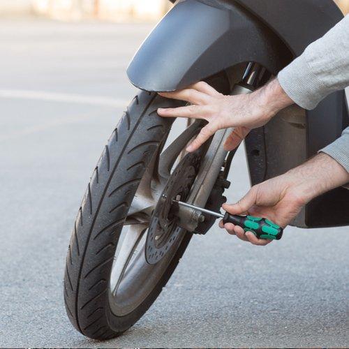 Riparazione ruota di uno scooter
