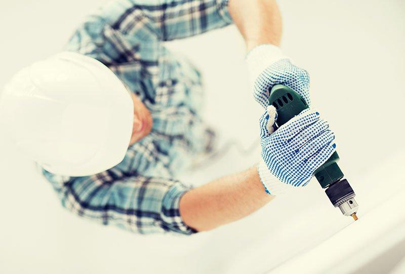 uimo con trapano per restauro casa