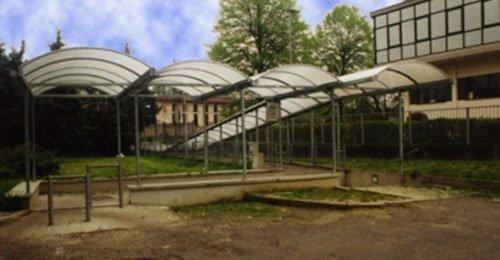 delle strutture in ferro con delle tettoie