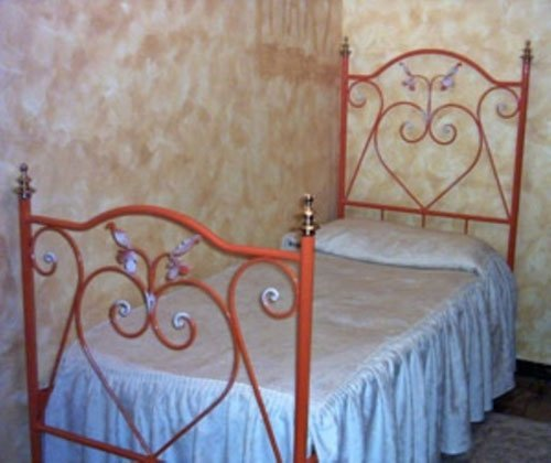 letto singolo in ferro battuto arancione