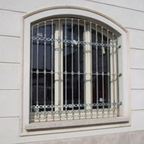 una finestra con delle griglie in ferro