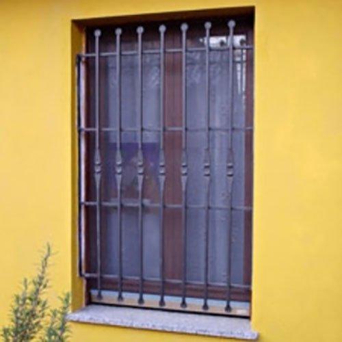 delle griglie in ferro a una finestra