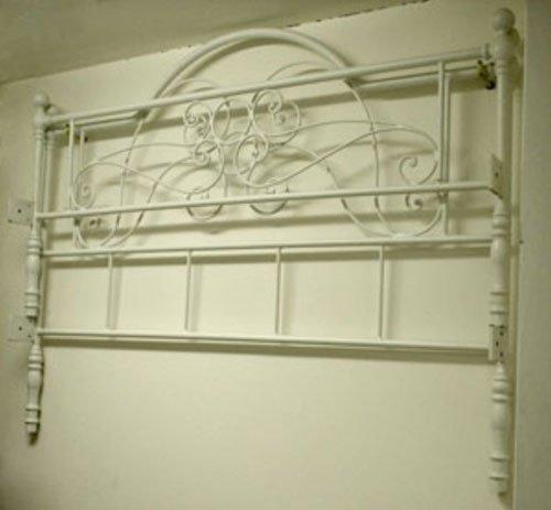 una testata di un letto in ferro battuto
