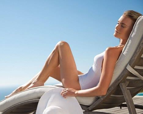 una donna in accappatoio seduta su una poltrona recliner