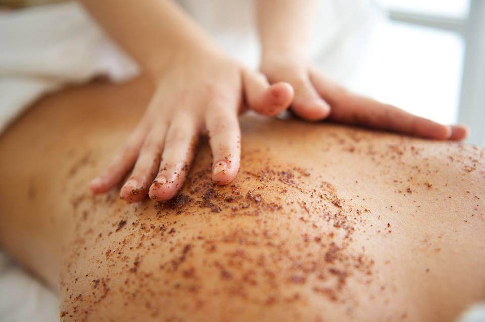 due mani che massaggiano una schiena con del fango