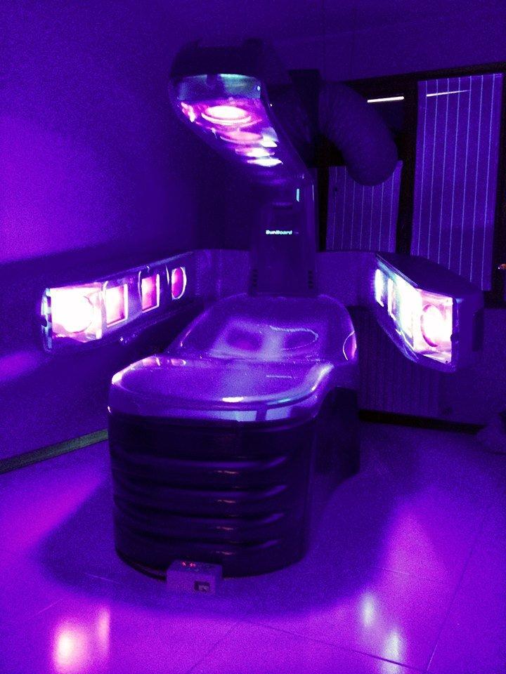 un lettino abbronzante con luci viola sopra