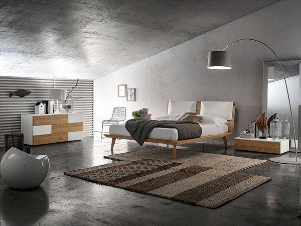 camera da letto con grande tappeto a righe centrale