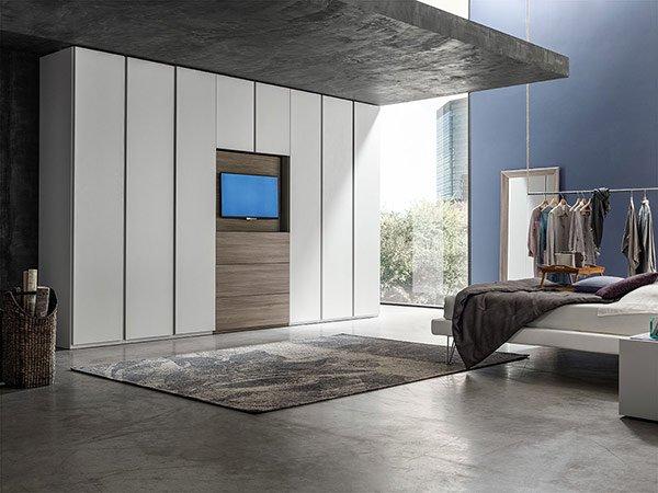 camera da letto con armadio bianco e tappeto grigio