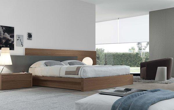 camera da letto con letto matrimoniale imbottito e spalliere marroni