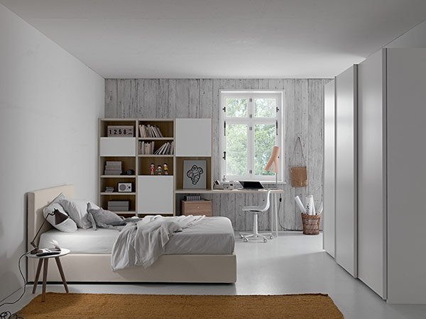 vista laterale di una cameretta con pareti grigie