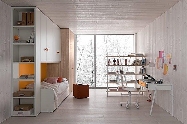 camera con arredamento in legno bianco marrone e portascarpe