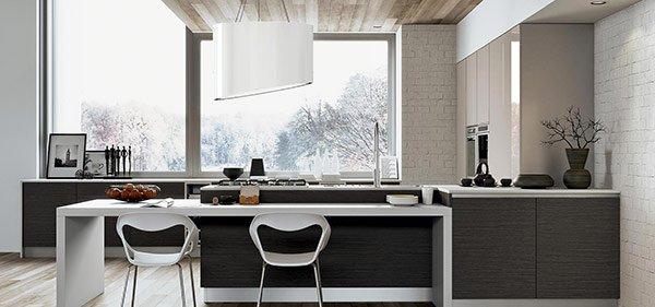 isola di una cucina di fronte a una grande finestra