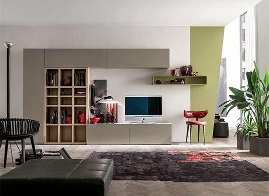 soggiorno con divano e parete attrezzata