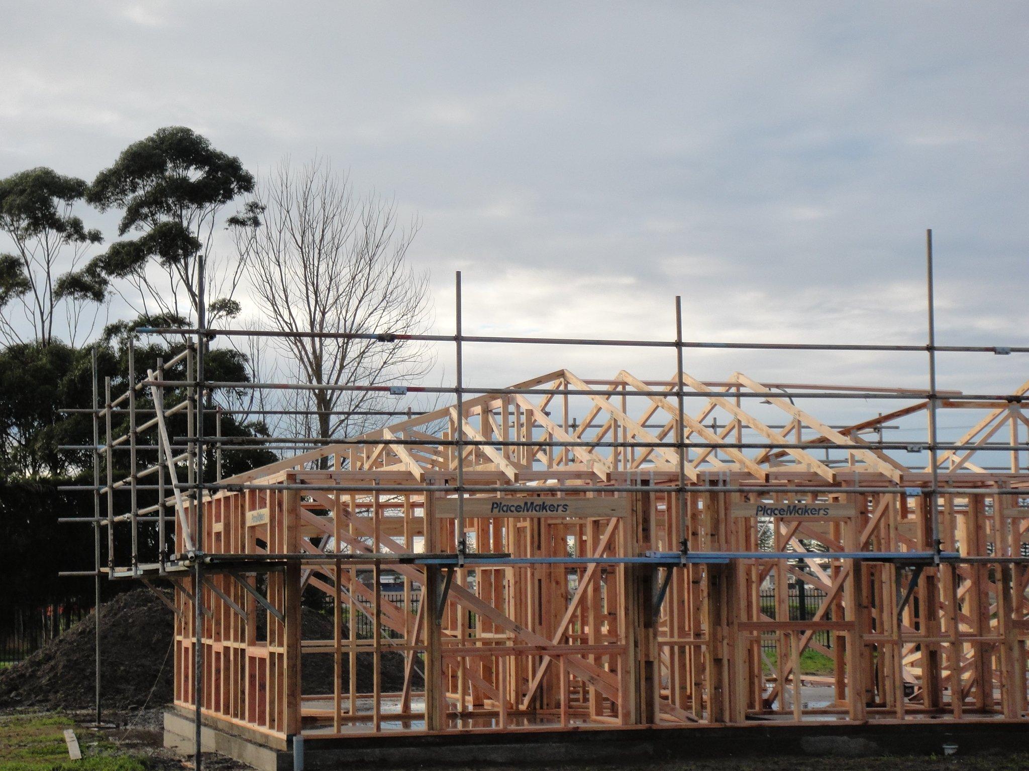 Expandable scaffolding brackets