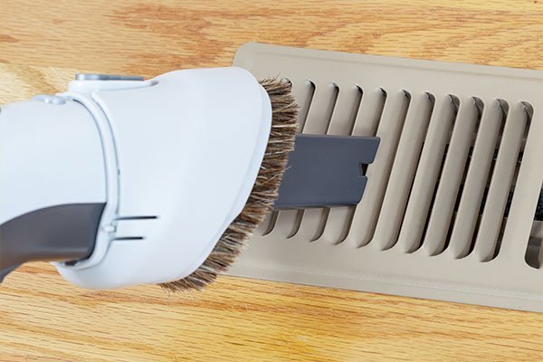 Vacuum cleaning heater floor vent
