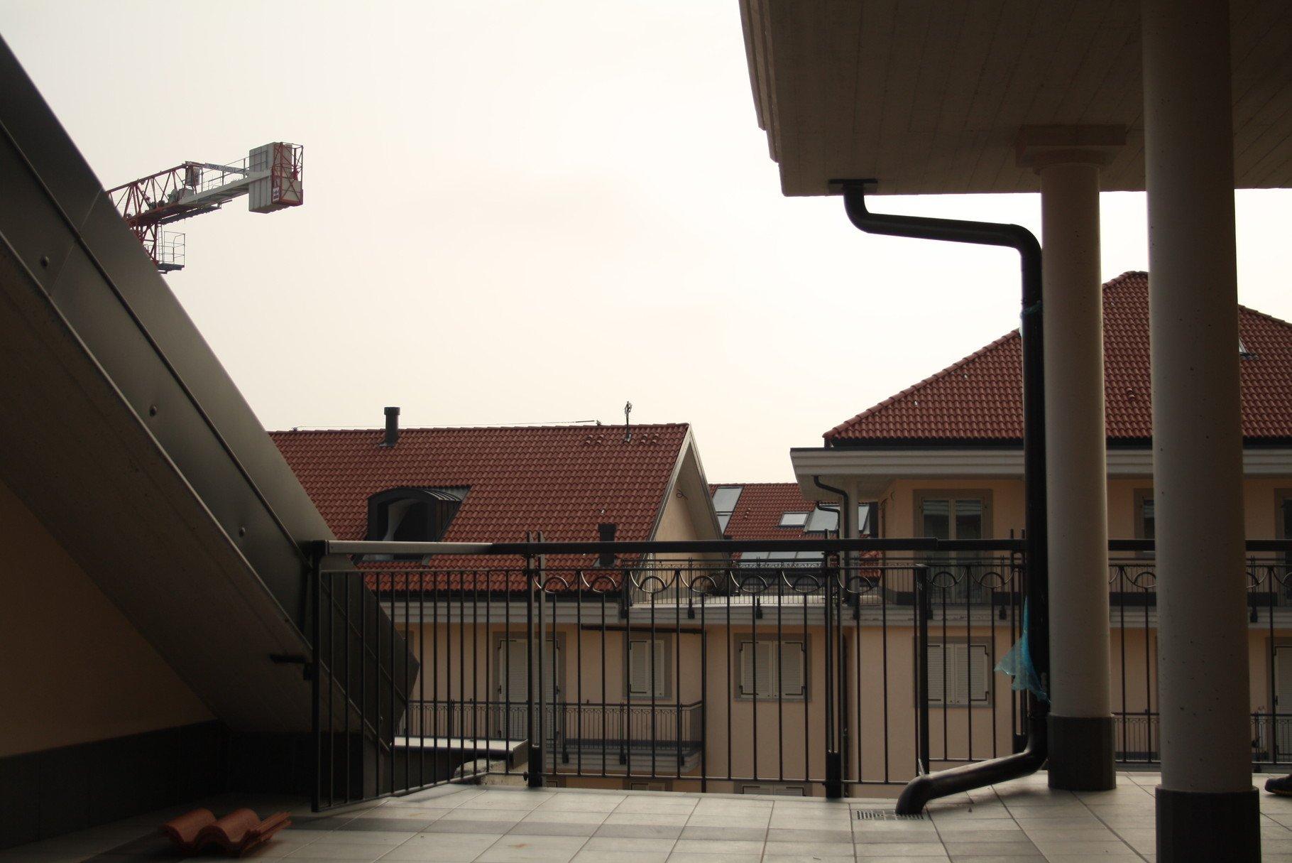 balcone con affaccio su edifici residenziali