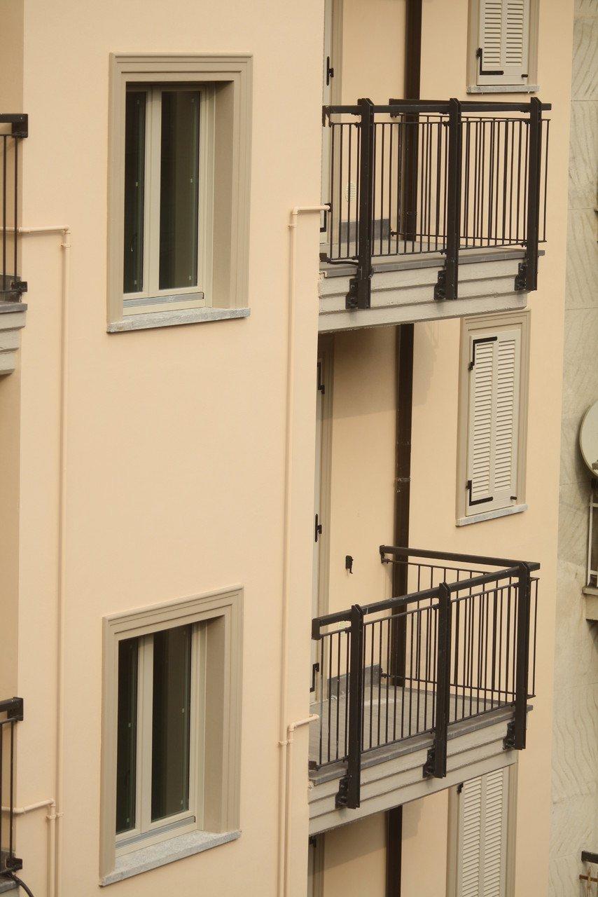 balconi e finestre di uno stabile