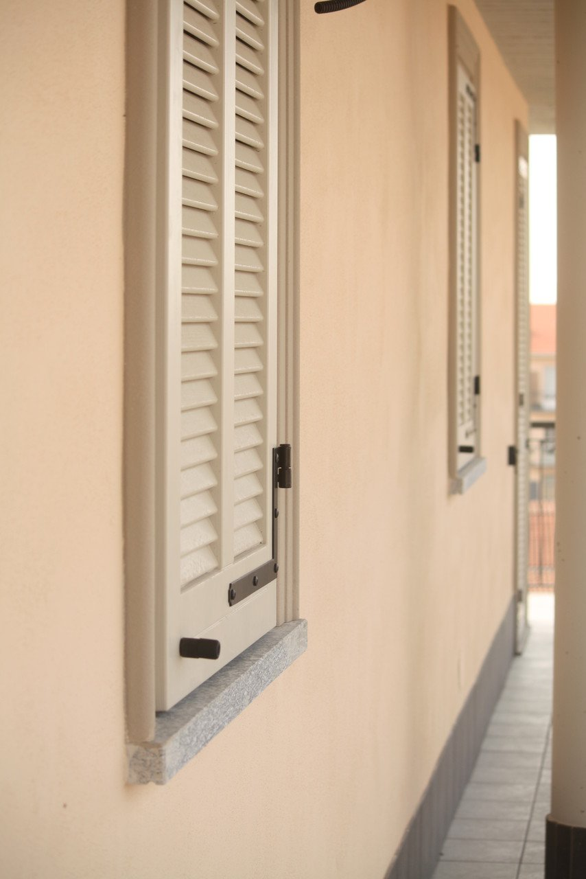 foto di una finestra con napoletane chiuse