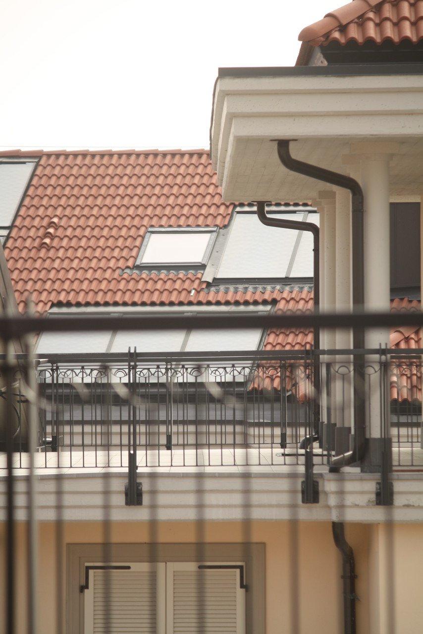 foto grata balcone e palazzina sullo sfondo