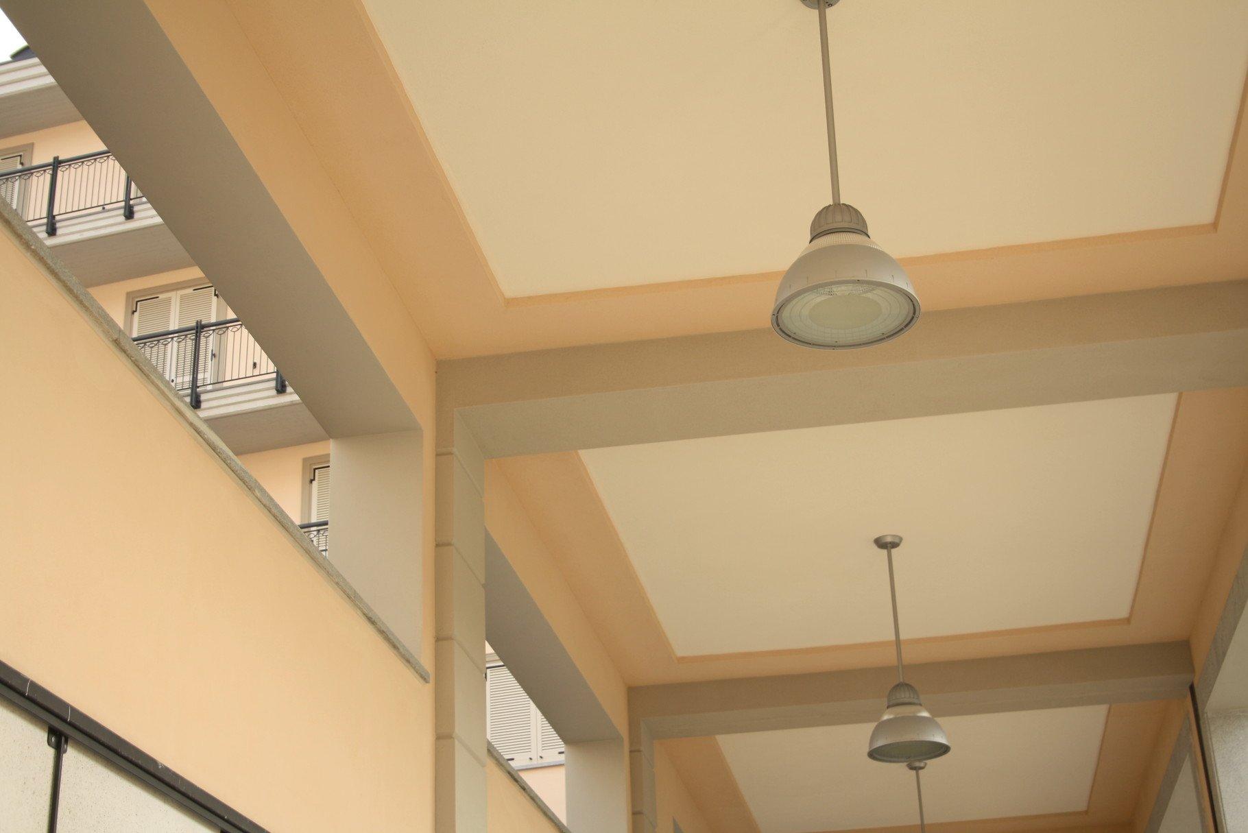 foto di un soffitto di un porticato