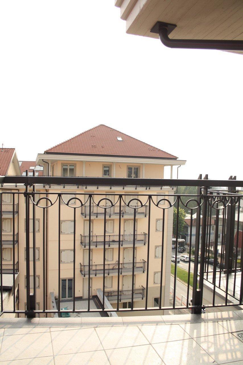 foto di una palazzina da un balcone