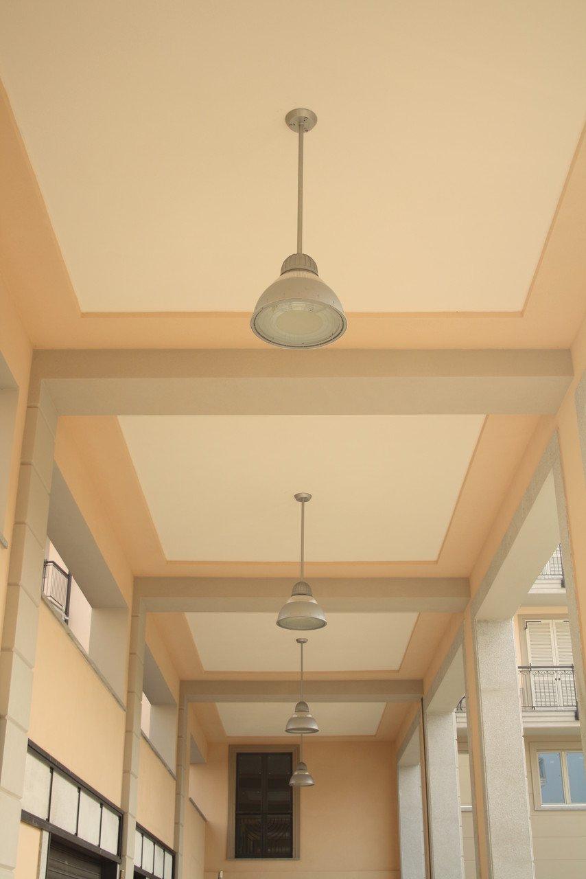 foto di un soffitto di un portico