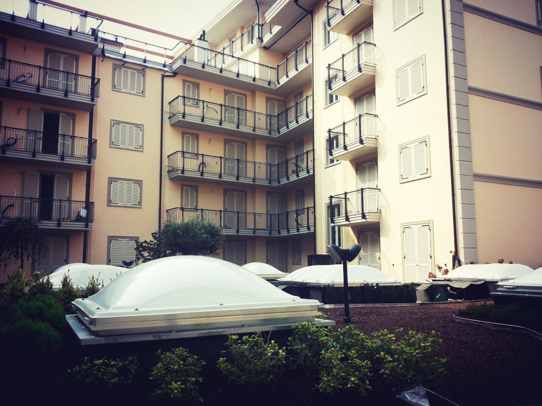 giardino residenziale e facciata palazzo