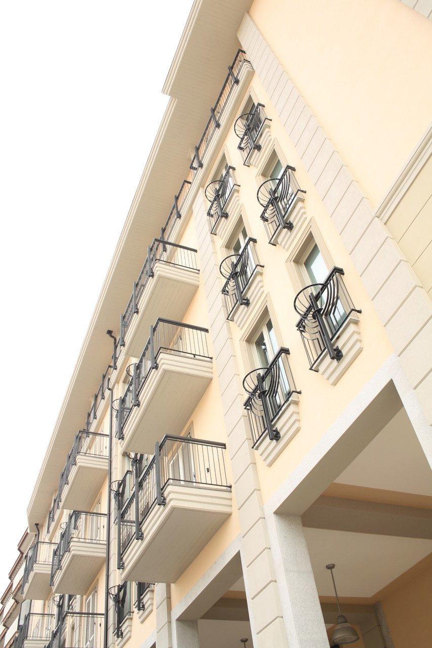 facciata di un palazzo con balconi