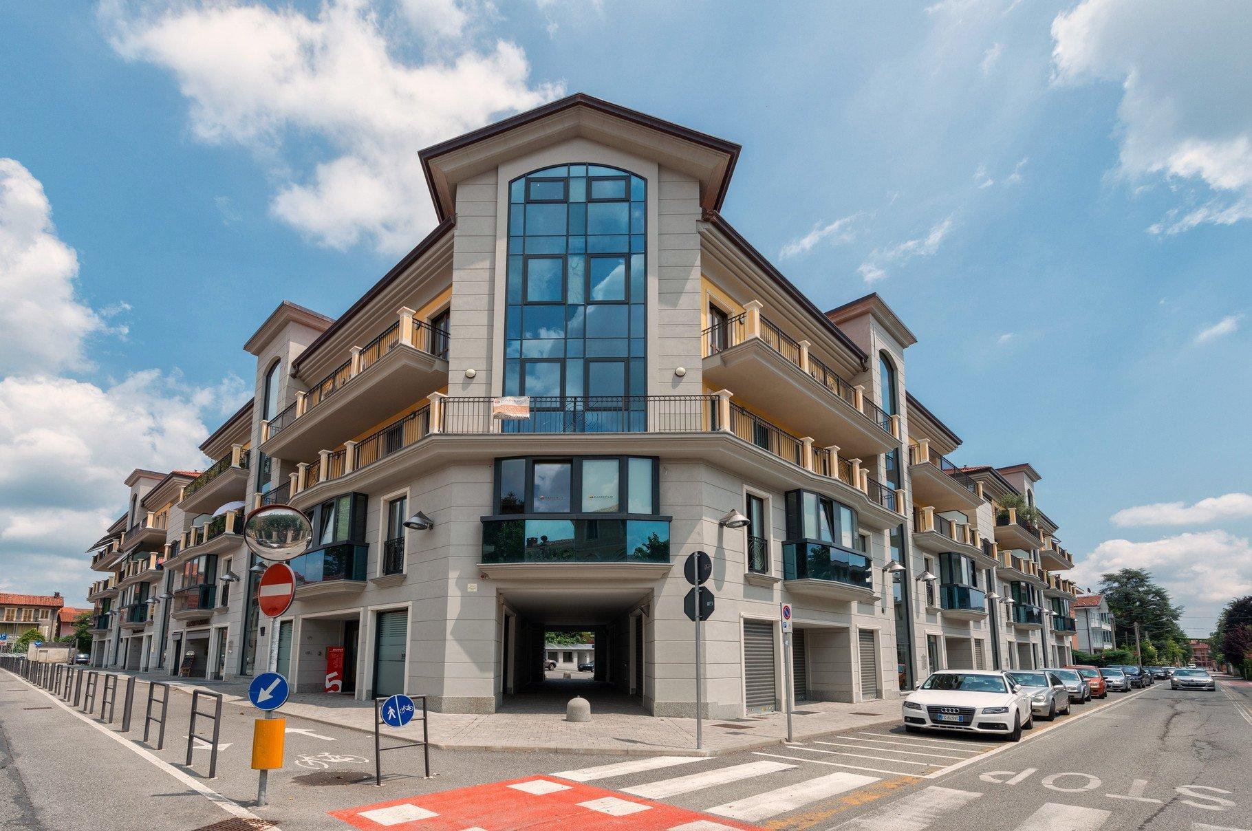 foto facciata esterna di uno stabile commerciale
