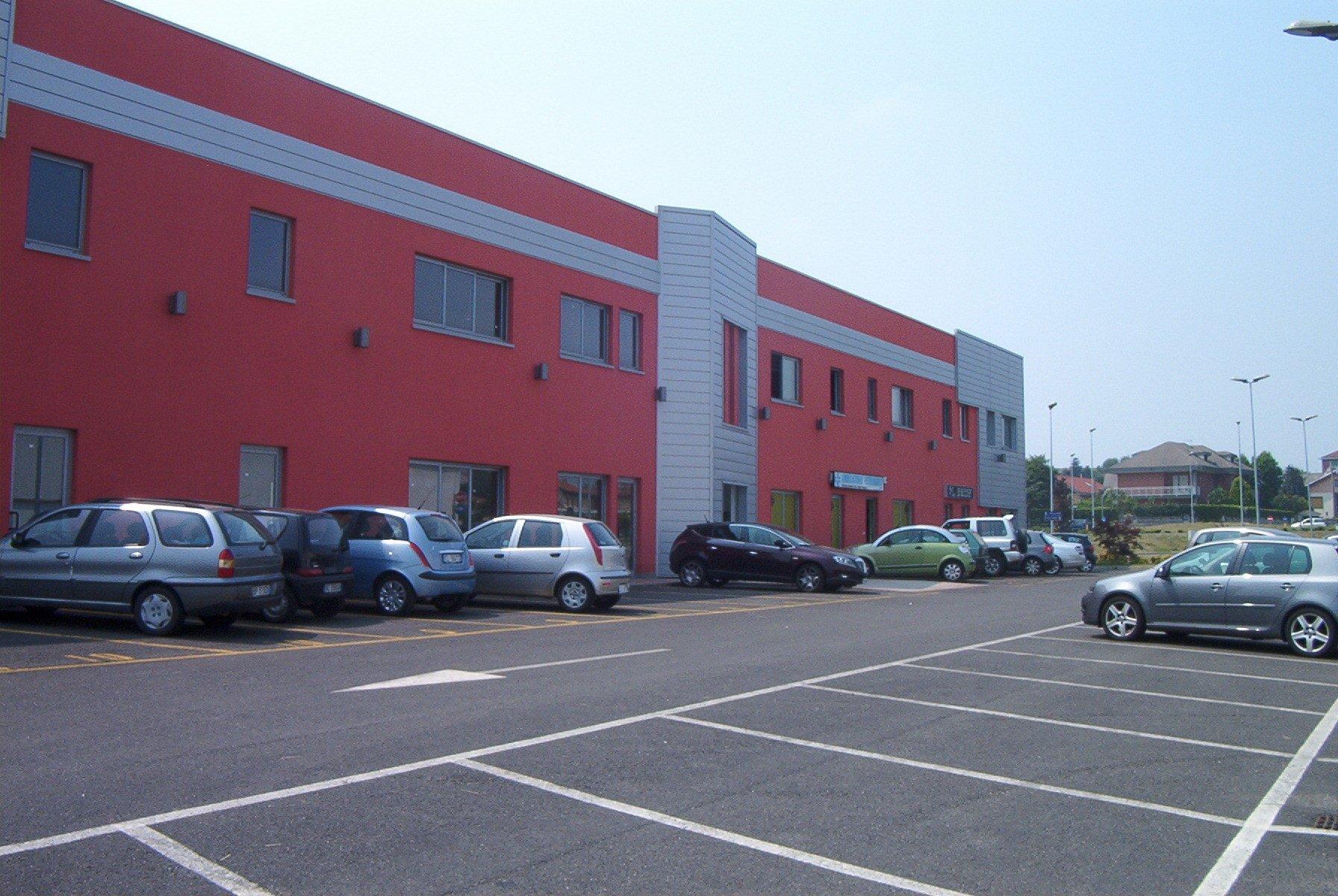 parcheggi di un fabbricato industriale