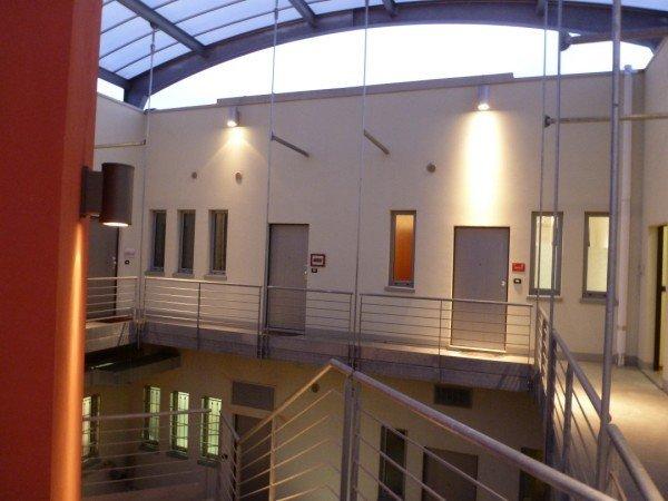 esterno stabile commerciale con tetto di vetro