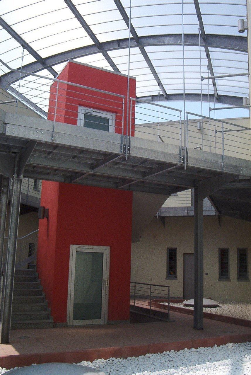 struttura commerciale con vetrata