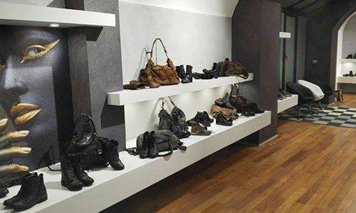 mensole sospese con calzature in esposizione