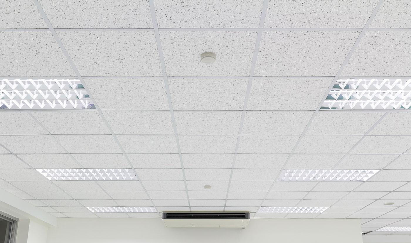 Soffitto e illuminazione interna edificio per uffici