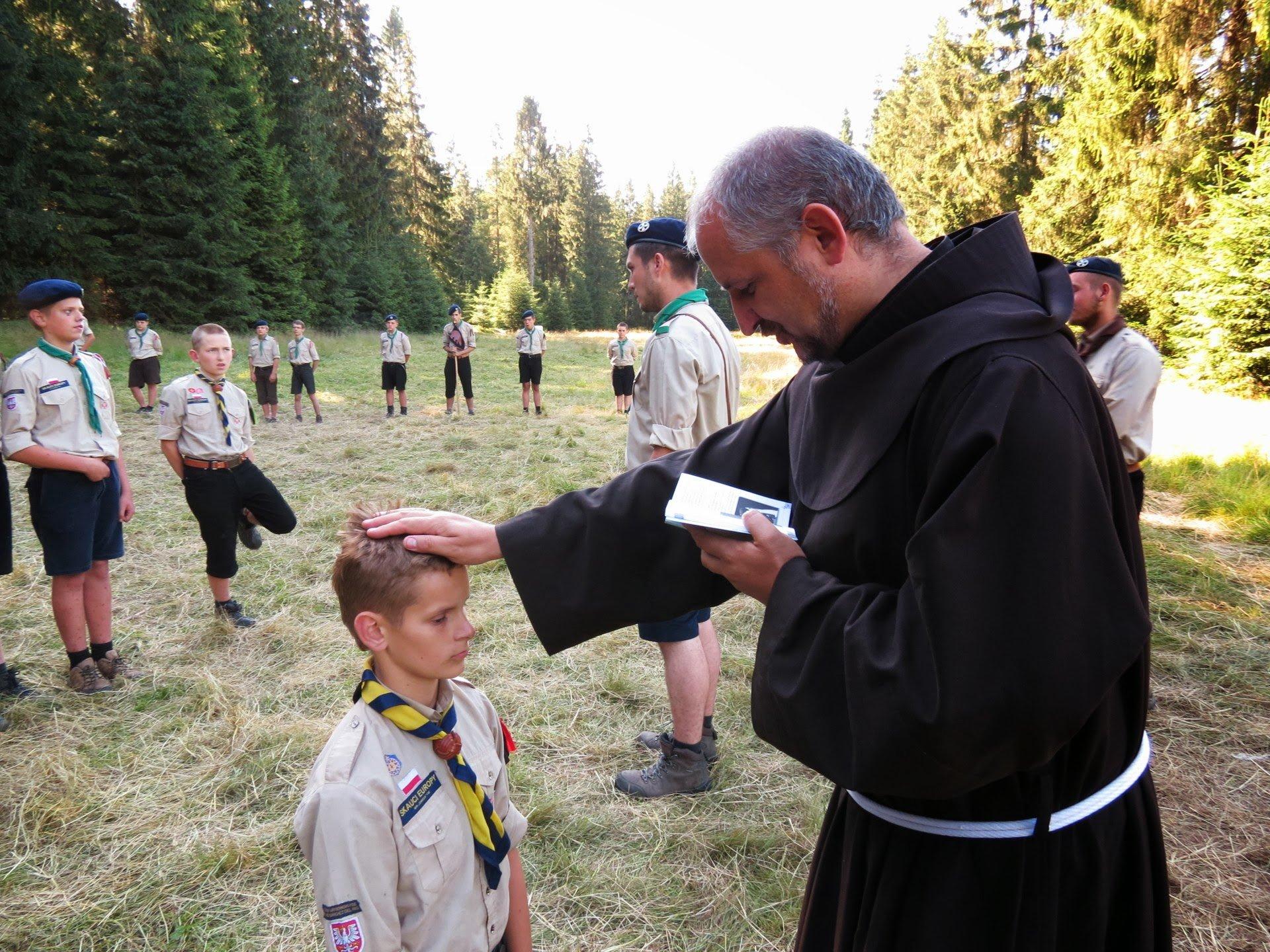 Franciscan friar blesses boy scout
