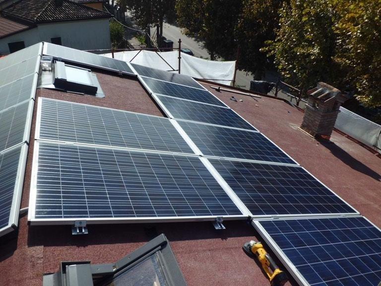 dei pannelli solari su un tetto impianti fotovoltaici