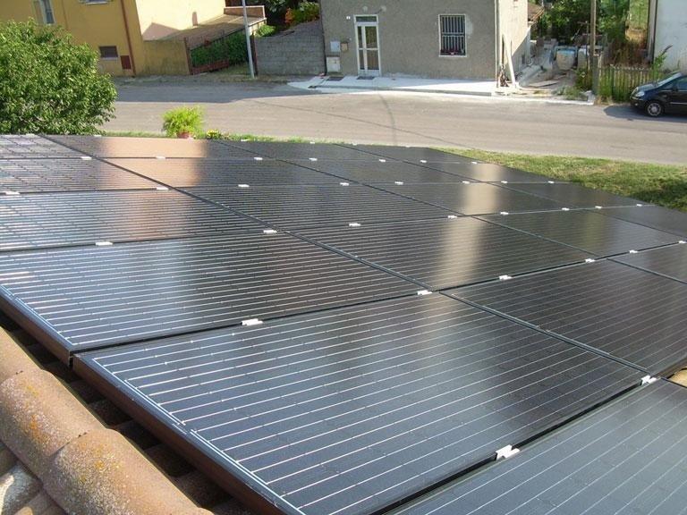 installazione impianto fotovoltaico con case di sfondo