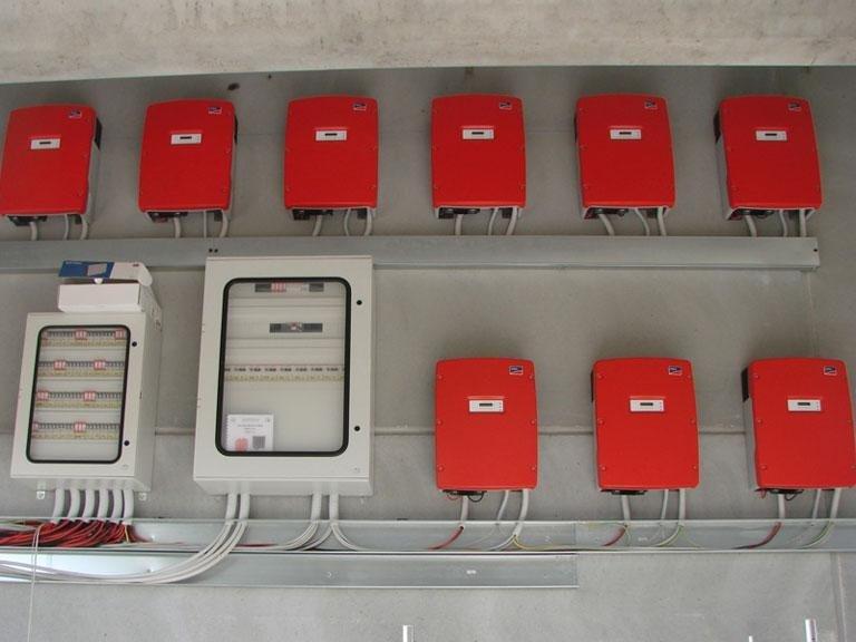 una serie di contatori e quadri elettrici