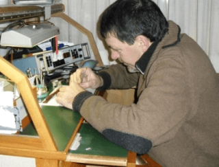 laboratorio orologeria, incisoria, targhe campanelli, fotoincisioni, riparazioni orologi