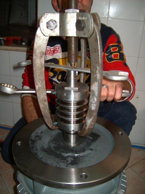 tecnico durante la riparazione di un forno industriale